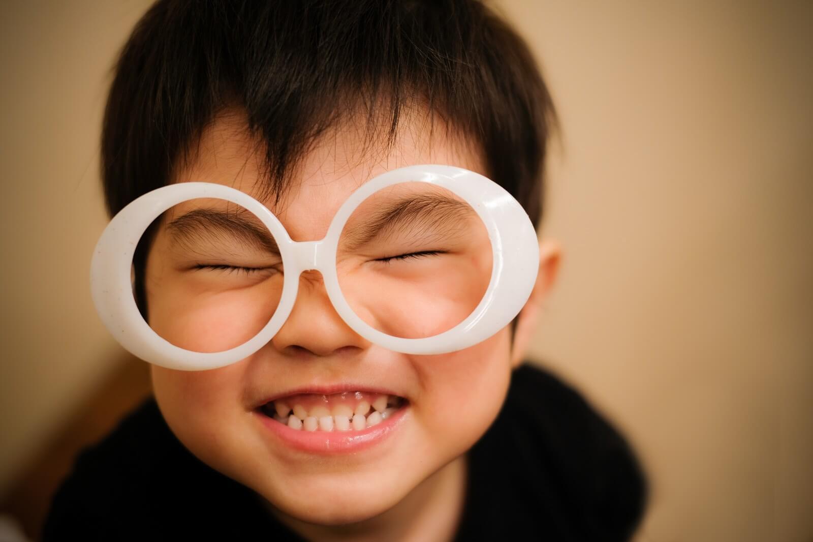 子供の崩れた笑顔の写真